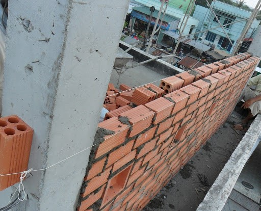 Xây tường 2 lớp để tránh nóng cho nhà phía Tây