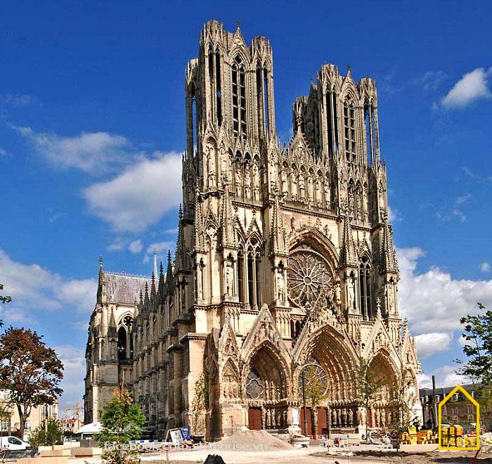 Công trình tiêu biểu nào xây dựng theo lối kiến trúc gothic