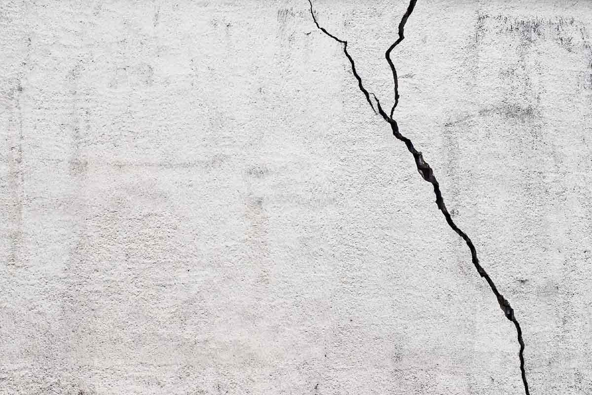 tường nhà có vết nứt lớn